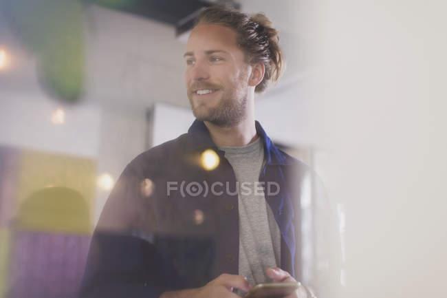 Lächelnder Mann SMS mit Smartphone — Stockfoto