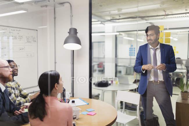 Kreativer Geschäftsmann leitet Konferenzraum-Treffen — Stockfoto