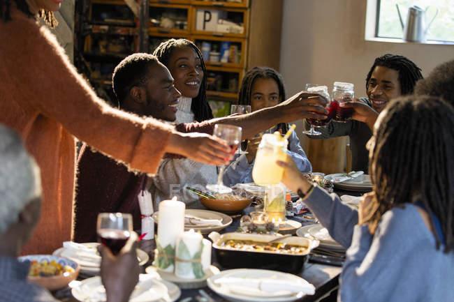 Familie Gläser am Weihnachtsessen Toasten — Stockfoto