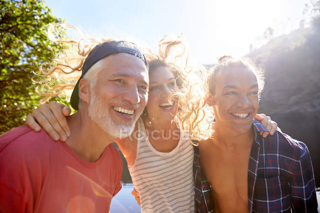 Ritratto padre felice con figlia adulta e sole — Foto stock