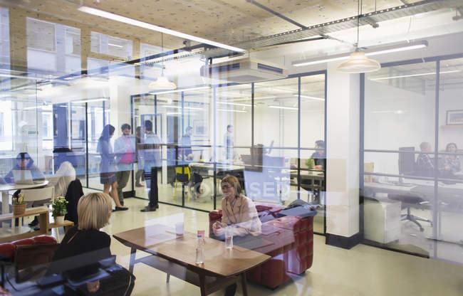 Бизнесмены, работающие в современном офисе — стоковое фото