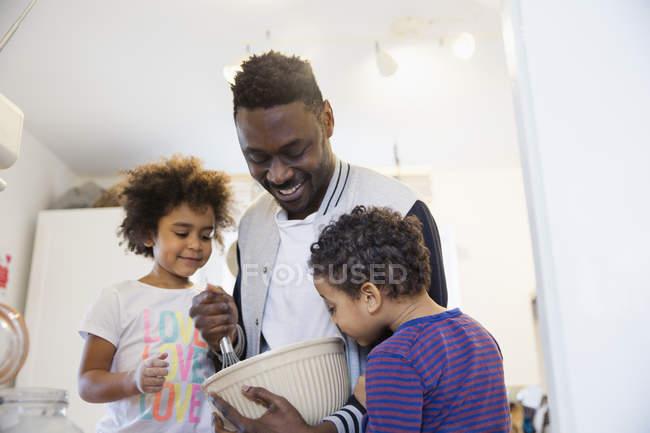 Pai e criança crianças assar na cozinha — Fotografia de Stock