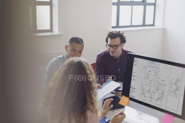Designers de trabalhar, de debate de ideias no computador no escritório — Fotografia de Stock