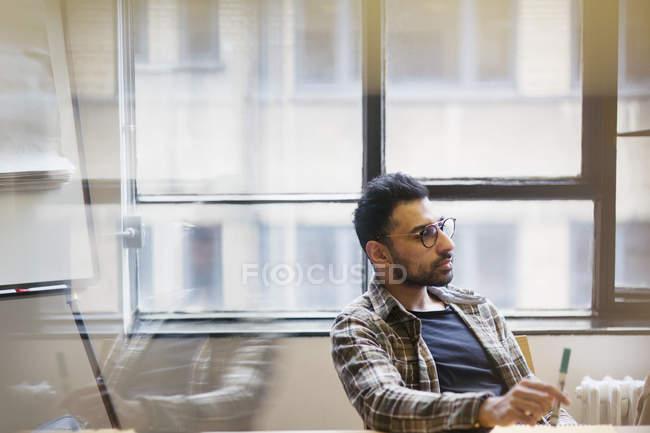 Homme d'affaires attentif à l'écoute en séance Salle de conférence — Photo de stock
