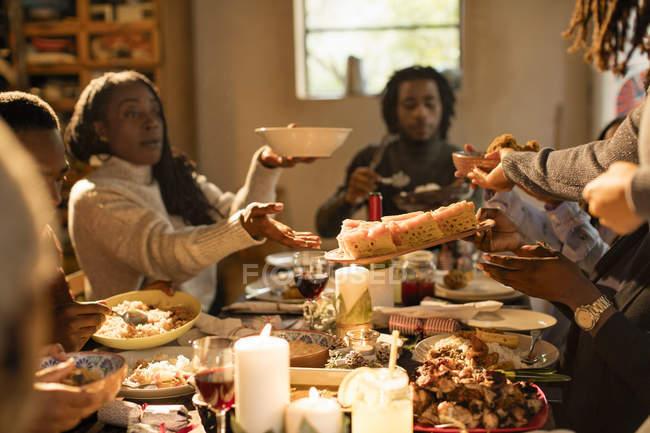 Семья передаёт еду на рождественский ужин — стоковое фото