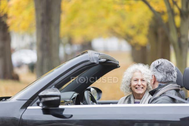 Lächelndes Seniorenpaar im Cabrio — Stockfoto
