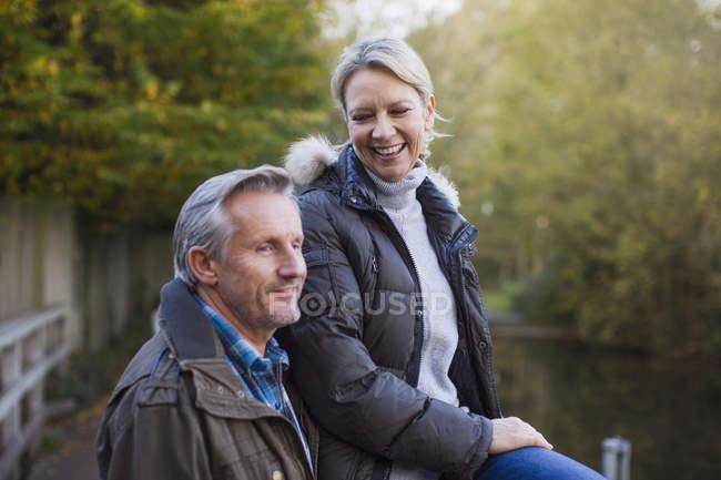 Pareja caucásica sentado sobre un banco en el Parque - foto de stock