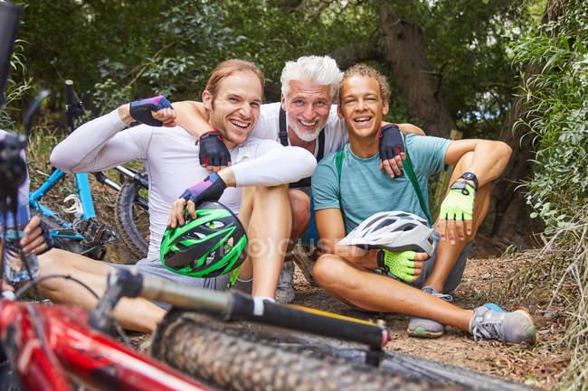 Porträt glücklich männlichen Freunden Mountainbike, ruhen — Stockfoto