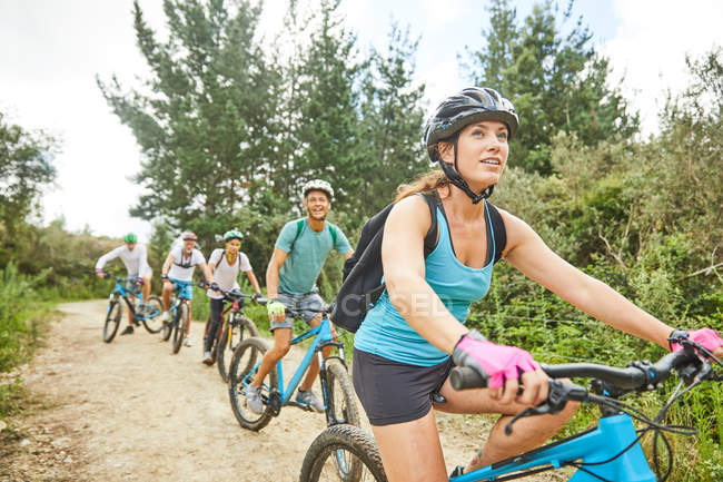 Friends mountain biking on trail — Stock Photo