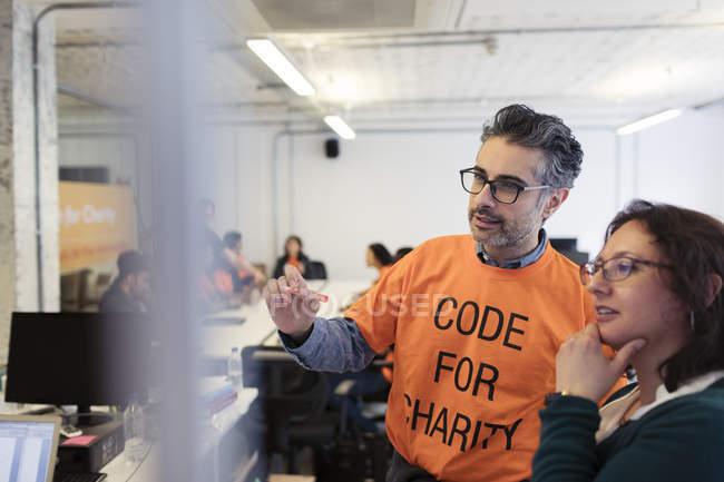 Pirates, la planification, le codage pour la charité hackathon — Photo de stock