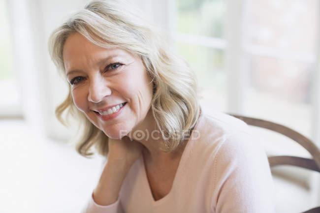 Портрет уверенной, улыбающейся зрелой женщины — стоковое фото