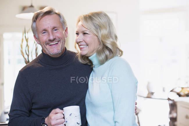 Портрет улыбающейся зрелой пары, пьющей чай — стоковое фото