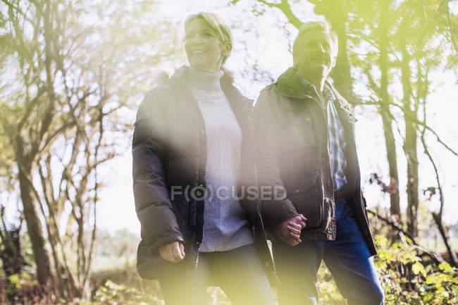 Älteres kaukasisches Paar spaziert gemeinsam im Herbstpark — Stockfoto