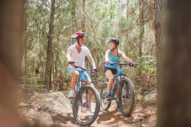 Vater und Tochter Mountain bike-Trail im Wald — Stockfoto