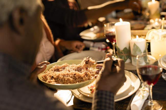 Familie Weihnachten Abendessen genießen, servieren von Speisen — Stockfoto