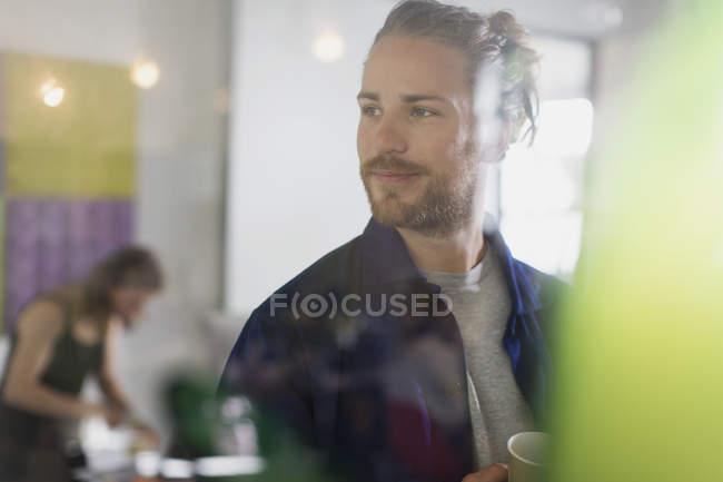 Впевнено бізнесмен в офісі, хтось дивитися вбік — стокове фото