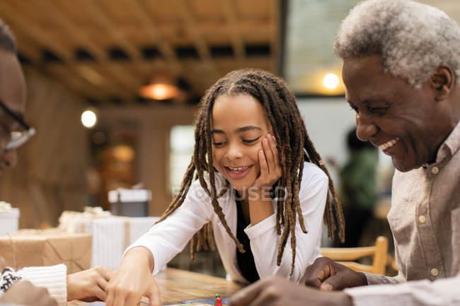 Nonno e nipote gioco da tavolo — Foto stock