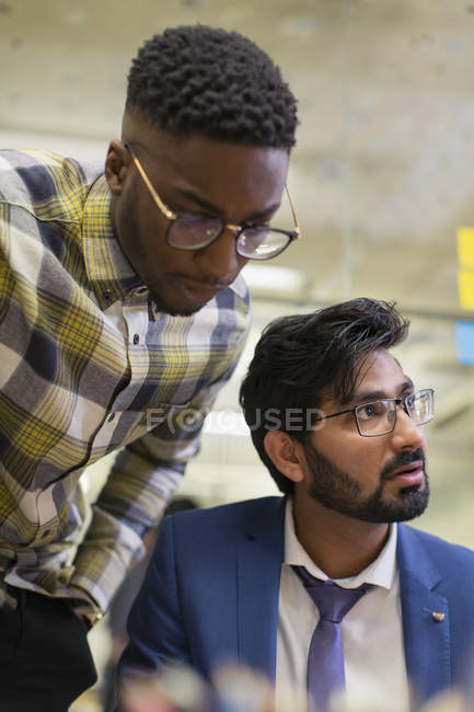 Hommes d'affaires ciblées en séance à l'intérieur — Photo de stock