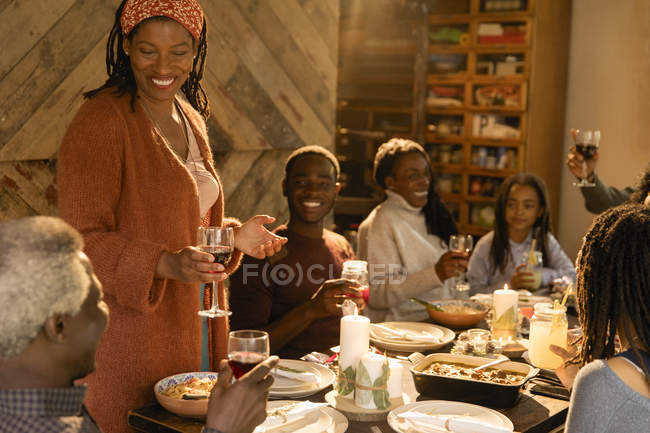 Семья из нескольких поколений наслаждается рождественским ужином — стоковое фото