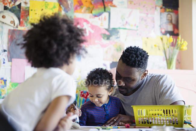 Отец и малыш детей раскраски столом — стоковое фото