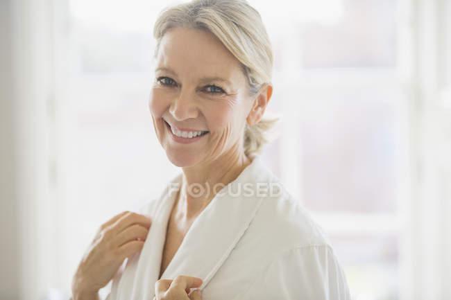 Porträt, Lächeln, selbstbewusste Reife Frau im Bademantel — Stockfoto