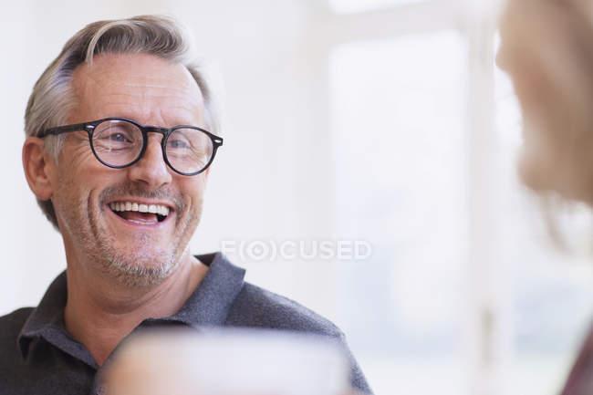 Portrait d'homme mûr riant à la maison moderne — Photo de stock