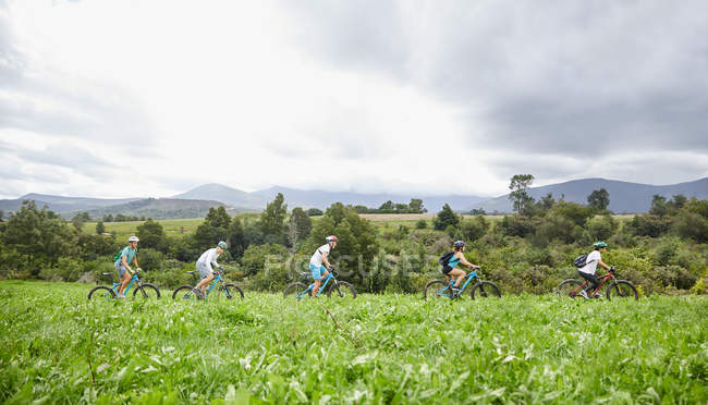 Freunde-Mountainbiken in idyllische, abgelegene Gebiet — Stockfoto