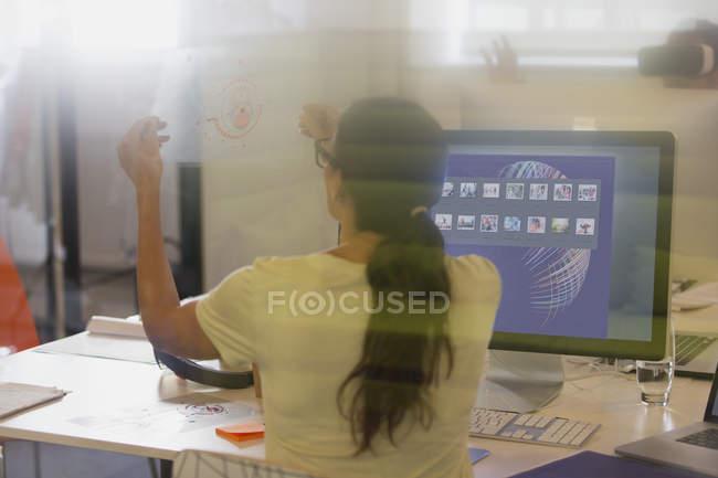 Designer de visualização diagrama de transparência em computador no escritório feminino — Fotografia de Stock