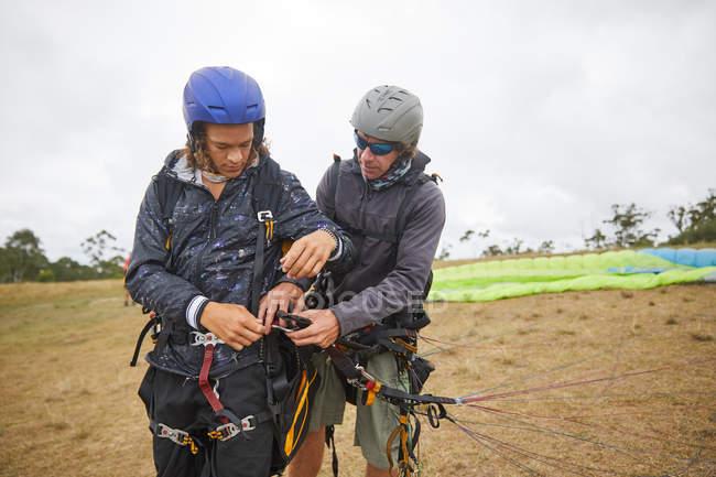 Парапланеристы готовят оборудование на открытом воздухе — стоковое фото