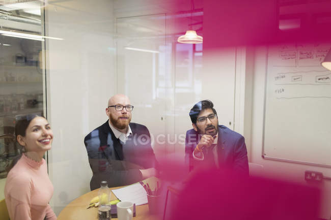 Gens d'affaires attentif à l'écoute en séance Salle de conférence — Photo de stock