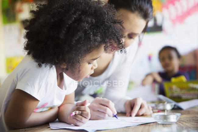 Мать и дочь любопытно, раскраски на дому — стоковое фото