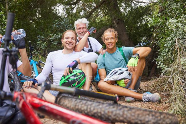 Porträt, Lächeln männlichen Freunden Mountainbike, ausruhen im Wald — Stockfoto
