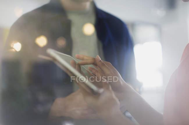 Крупним планом підприємець, використовуючи цифровий планшетний — стокове фото