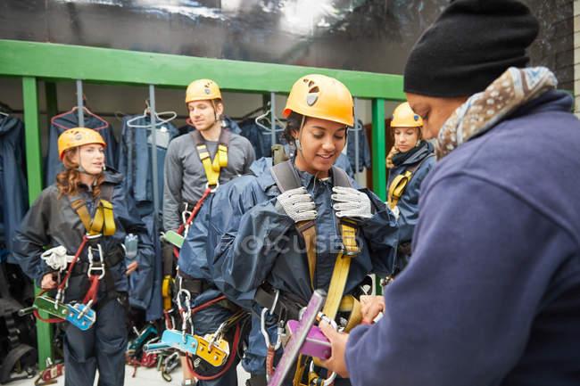 Amis préparation équipement tyrolienne — Photo de stock