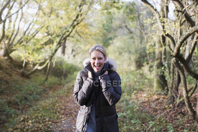 Portrait de femme blonde heureuse en tenue d'automne posant au parc — Photo de stock