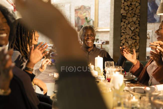 Generationsübergreifende Familienglück genießen Weihnachtsessen — Stockfoto