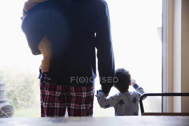 Imagem recortada do pai afro-americano com crianças em casa — Fotografia de Stock