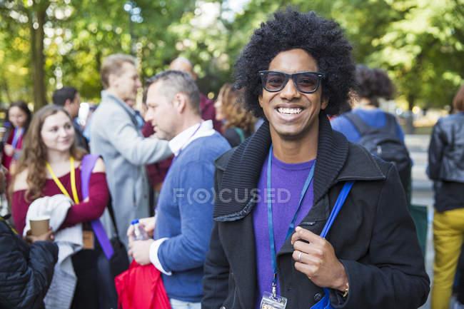Портрет, улыбаясь, уверенный в себе человек в солнцезащитные очки — стоковое фото