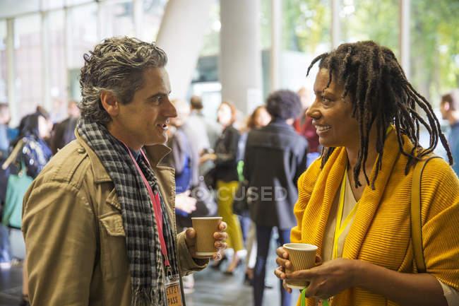 Geschäftsleute reden und trinken Kaffee auf Konferenz — Stockfoto