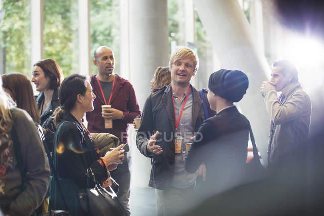 Geschäftsleute sprechen auf Konferenz in modernem Büro — Stockfoto