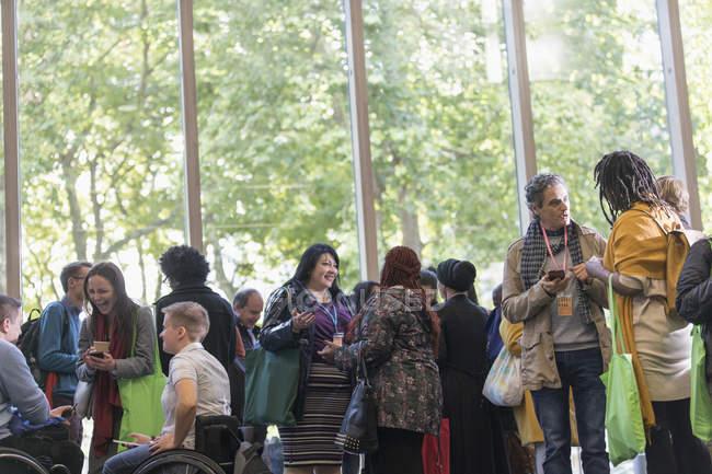 Деловые люди выступают на конференции в современном офисе — стоковое фото