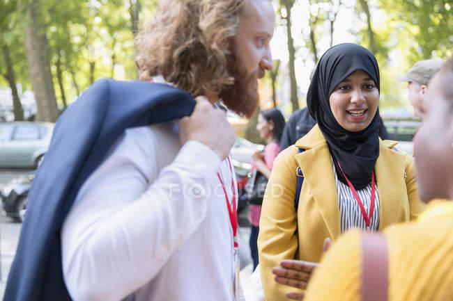 Gente de negocios multicultural hablando en la conferencia - foto de stock