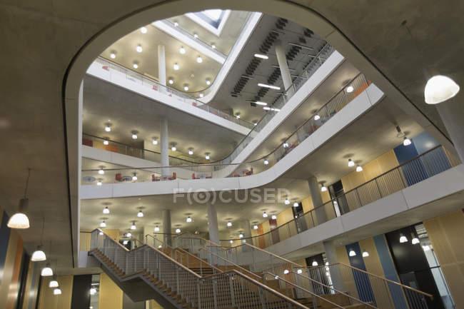 Atrio per l'ufficio moderno, con balconi — Foto stock