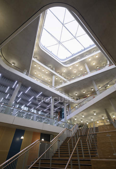 Ufficio moderno atrio interno con lucernario — Foto stock