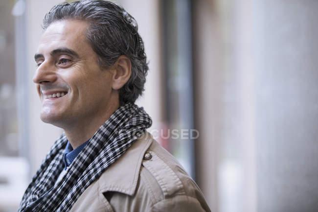 Lächelnder Geschäftsmann mit Schal im modernen Büro — Stockfoto
