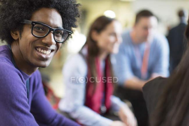 Портрет улыбаясь, уверен бизнесмен в очки — стоковое фото