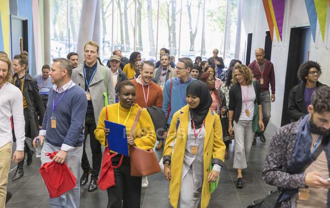 Деловые люди, прибывающие на Конференции, ходить в лобби — стоковое фото