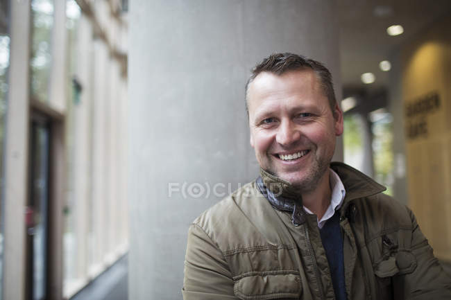 Портрет посміхатися, впевнено бізнесмен на сучасні офісні — стокове фото
