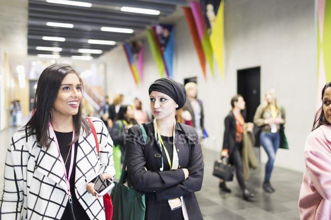 Imprenditrici che camminano e parlano in conferenza in un ufficio moderno — Foto stock