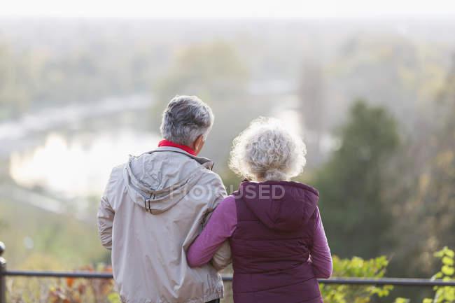 Aktive Senioren paar betrachten in der Natur — Stockfoto